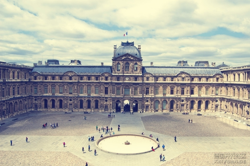 有金字塔的卢浮宫,即使使用了玻璃材质,四棱锥的体量和尺度也尽量
