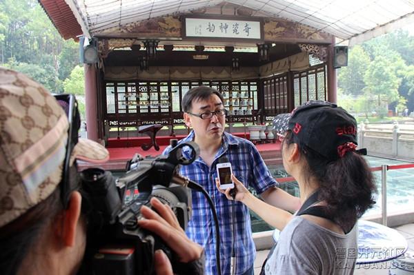 来自世界五大洲19个国家和地区的36家海外华文媒体的老总、编辑、记者走进中国瓷都江西.jpg